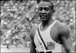 Lors des Jeux olympiques d'été à Berlin en 1936, Adolf Hitler fut dépité et quelque peu remonté... La cause ? Un athlète afro-américain rafla quatre médailles d'or dans diverses disciplines d'athlétisme, dominant largement la concurrence. Quel est le nom de ce sportif légendaire, ayant marqué l'histoire tout court ?