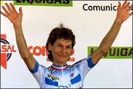 Jeannie Longo est une authentique légende dans le cyclisme. Cette immense championne française a connu une carrière d'une longévité exceptionnelle. En effet, elle débuta en 1979, pour s'achever en :
