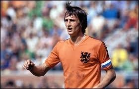 Ce grand monsieur du football nous a quitté en mars 2016. Au cours de sa carrière de joueur, dans quel club n'a jamais évolué le génial Johan Cruyff ?
