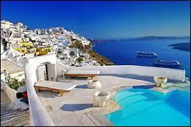 LA GRÈCE : Quelle mer baigne la côte est de la Grèce ?