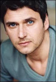"""Cet acteur est français est connu pour avoir joué le rôle de Sébastien dans la série télévisée """"Hélène et les garçons"""", il s'agit de..."""