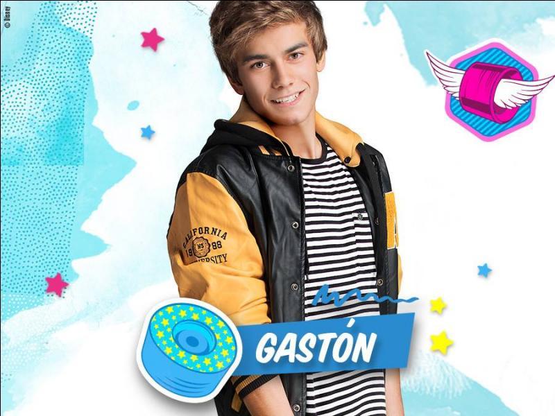 Qui fait croire à Gastón qu'elle est Felicity ?