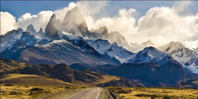 Quel pays est traversé du nord au sud par la spectaculaire et mythique route 40 ?