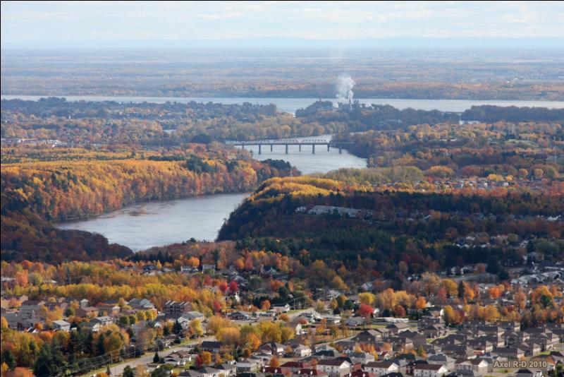 Quelle est cette ville canadienne située sur les rives du fleuve Saint-Laurent, entre Montréal et Québec ?