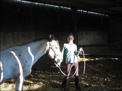Où doit-on se tenir quand on mène en main un cheval ?