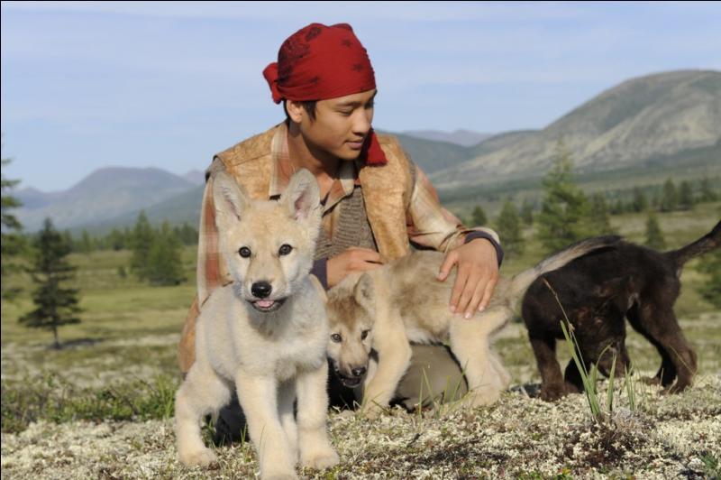 """Dans le film """"Loup"""", comment se nomme ce jeune éleveur de rennes qui devient ami avec des louveteaux ?"""