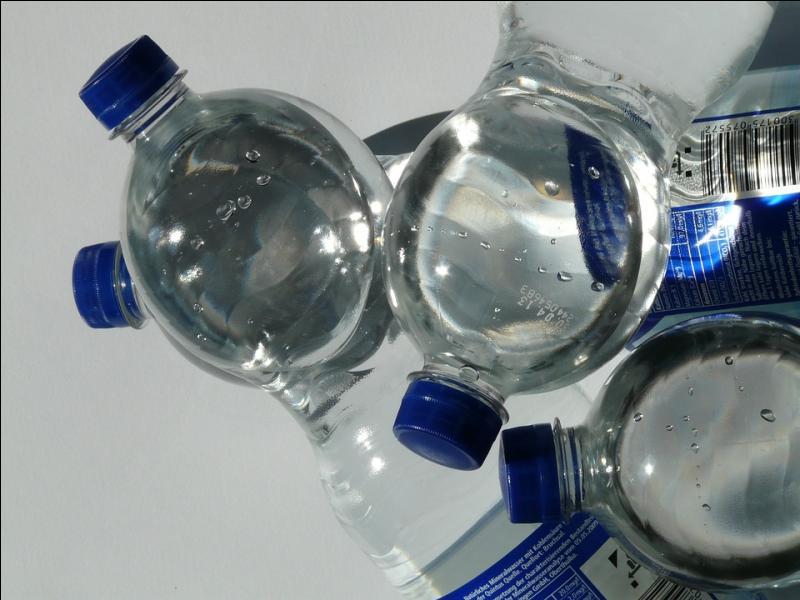 Prendre de grands verres d'eau entre les boissons alcooliques aide à prévenir la gueule de bois