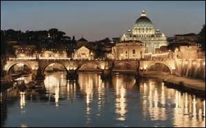 ROME - C'est la ville aux sept collines au pied desquelles coule...
