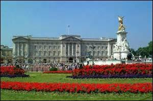 LONDRES - Baignée par la Tamise, la capitale du Royaume-Uni abrite de nombreux monuments historiques, dont ne fait PAS partie...
