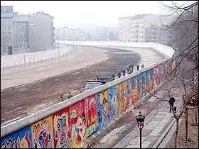 """BERLIN - La capitale de l'Allemagne fut coupée en deux par le fameux """"mur de la honte"""" pendant..."""