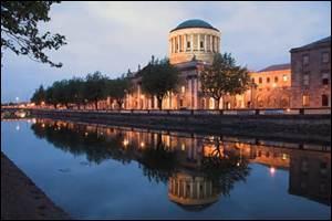 DUBLIN - La capitale irlandaise est une ville située sur la côté orientale du pays, baignée par la...
