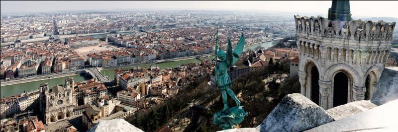 Cette ville, où se dérouleront plusieurs matchs de l'Euro, vit la naissance du cinéma.