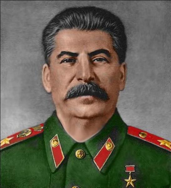 Staline était au pouvoir de 1933 à 1945.