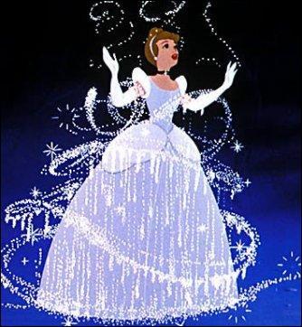 De quelle couleur est la robe de Cendrillon avant que sa marraine la transforme ?
