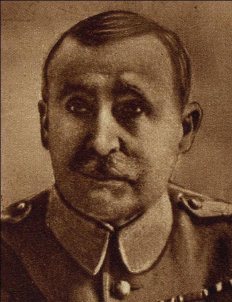 Qui remplaça le généralissime français en 1916 comme commandant en chef de l'armée française ?