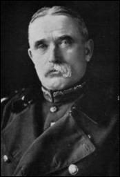 Qui commandait les troupes britanniques à leur arrivée en France ?