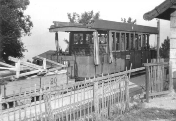 Quelle était la couleur des caisses des automotrices du chemin de fer du Salève lors de sa suppression en 1935 ?