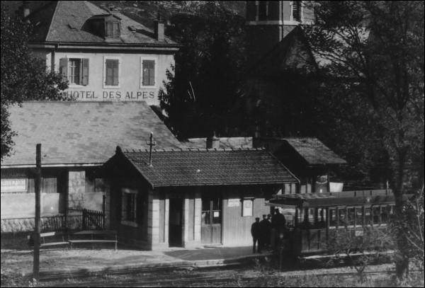 En quelle année a été filmée l'arrivée d'un train à Monnetier-Eglise ?