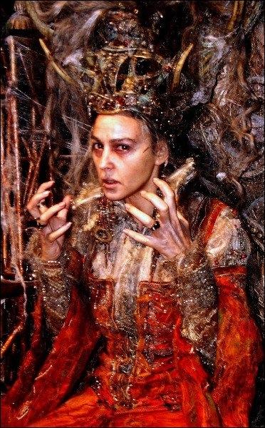 Monica Bellucci est la Reine sorcière du Miroir, dans ce film fantastique de Terry Gilliam avec Matt Damon et Heath Ledger...