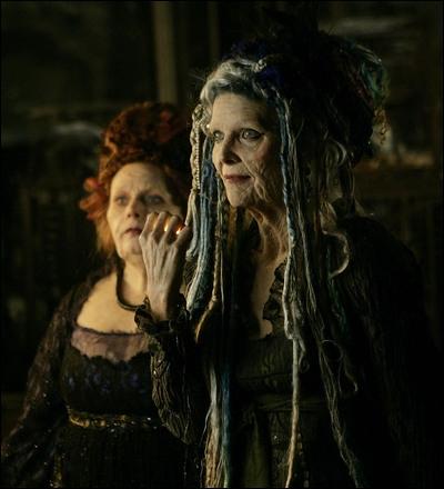 Michelle Pfeiffer est l'épouvantable sorcière Lamia dans ce film fantastique où un jeune homme passe dans un monde magique par amour...