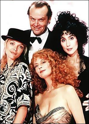 Le diable ( ? ) Jack Nicholson séduira les trois plus jolies femmes de la ville et en paiera les conséquences lorsqu'elles utiliseront en retour la magie contre lui...
