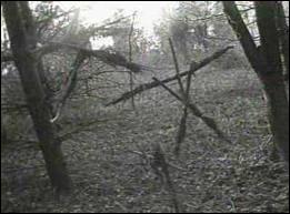 Film fait avec trois bouts de ficelle qui a eu un immense succès, sur trois jeunes s'aventurant en forêt, pour savoir si l'histoire de la sorcière qui y vivait est vraie...
