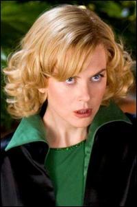 Nicole Kidman reprend le rôle d'Elisabeth Montgomery dans ce film, aux côtés de Michaël Caine, qui joue son père et Shirley Mac Laine qui joue Endora...