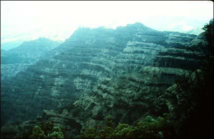 Où a-t-on découvert d'énormes coulées de lave fossilisées en forme d'escalier et vieilles d'environ 65 millions d'années ?