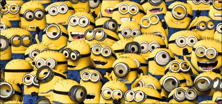Plusieurs petits personnages jaunes qui vivent avec 3 filles et leur créateur :