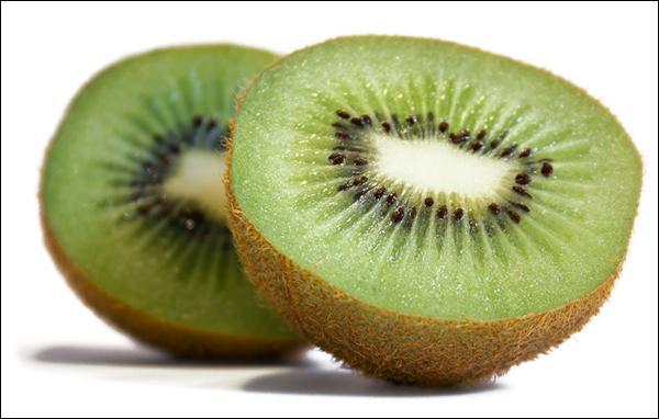La pulpe sucrée et acidulée de ce fruit contient une centaine de minuscules graines noires comestibles. Quelle est la première lettre de son nom ?