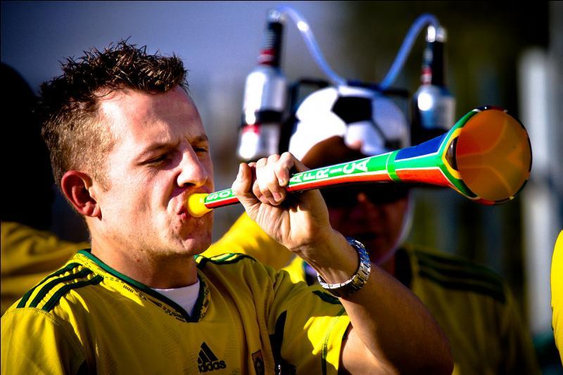 V - La vuvuzela est un long instrument d'origine sud-africaine utilisé par les supporters de football pour soutenir leur équipe.