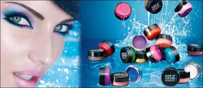 W - Le maquillage waterproof résiste à l'eau.