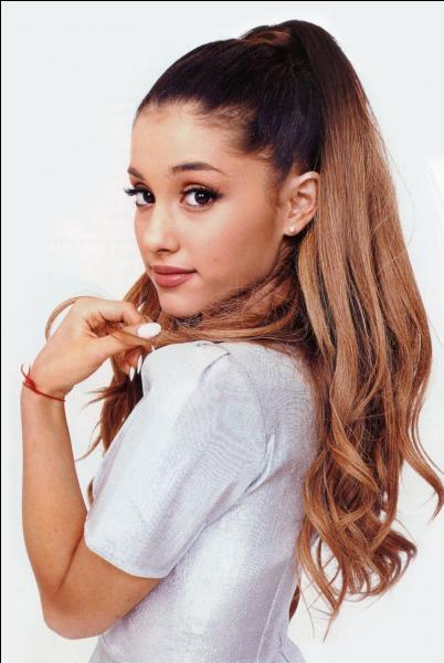 Quel est le pseudo du compte officiel d'Ariana Grande sur le réseau social Twitter ?
