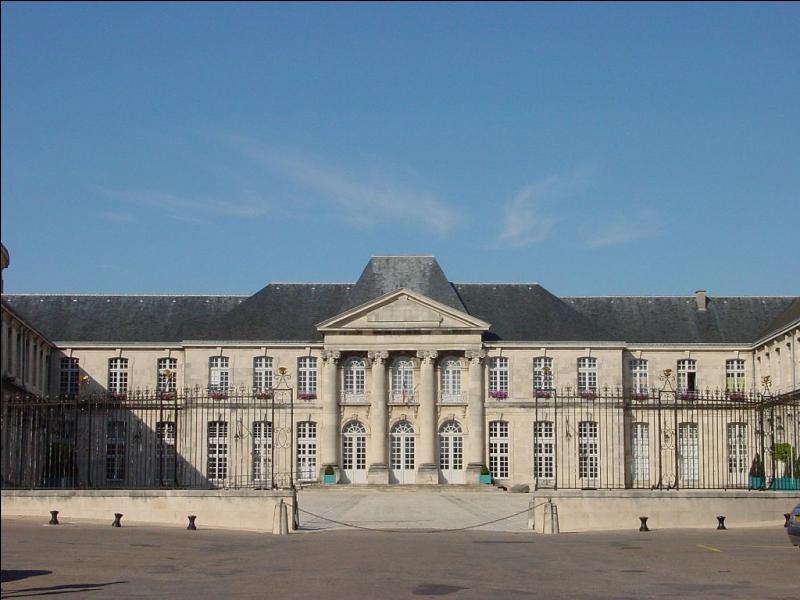 Madeleine en forme de coquillage, château Stanislas, musée de la céramique et de l'ivoire. Ces trois indices vous permettent d'aller dans une ville de la Meuse. Laquelle ?