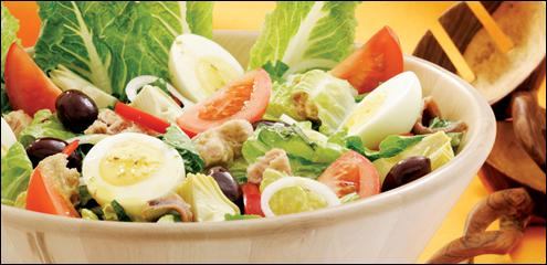Quelle est cette salade à base de tomates, poivrons, concombres, févettes, artichauts violets, oeufs durs, thon, anchois et olives noires ?