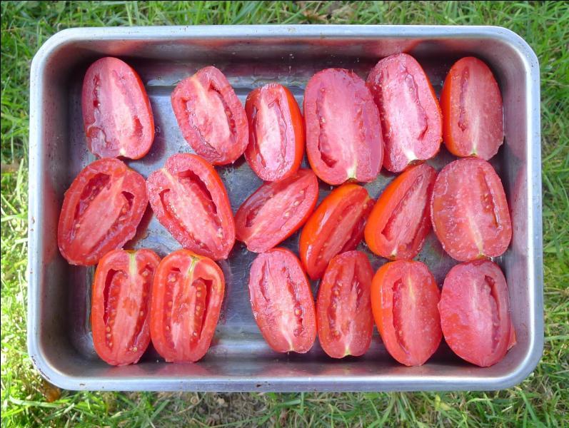 Quelles tomates la cuisinière a-t-elle disposées dans ce plat ?