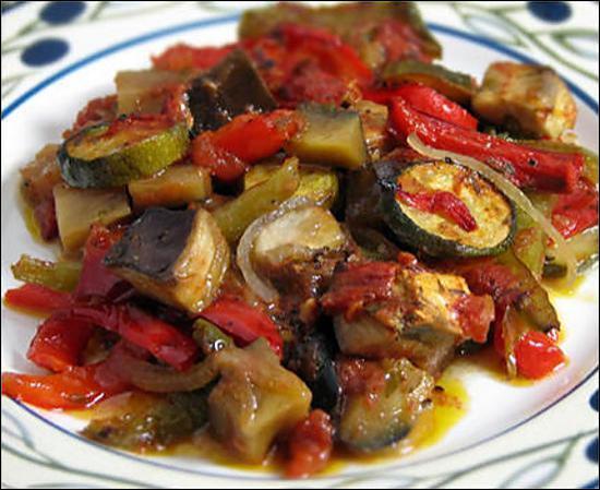 Composé de tomates, courgettes, aubergines et poivrons, sans oublier l'huile d'olive, quel est ce plat ?