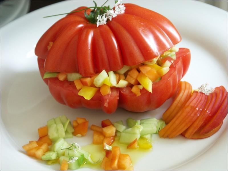 Toute fripée et excellente, quelle bonne idée de l'avoir farcie avec des crudités ! Mais quel est le nom de cette tomate ?