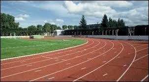 On va commencer cette journée avec un échauffement de 10 minutes. Pendant ces 10 minutes, vous devrez au moins faire 3 tours du stade (300m). Et, dans un sport, certains font ça mais pas pour s'échauffer, pour s'entraîner. Et c'est généralement pour ... !