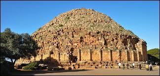 Le tombeau de la chrétienne est un magnifique tombeau qui se trouve à Tipaza, selon la légende à qui appartient-il ?