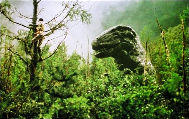 Dans quel film, sorti en 1977, une expédition à bord d'une foreuse géante se retrouve-t-elle coincée sur une terre volcanique au milieu de l'Arctique et où vit le dernier des tyrannosaures ?