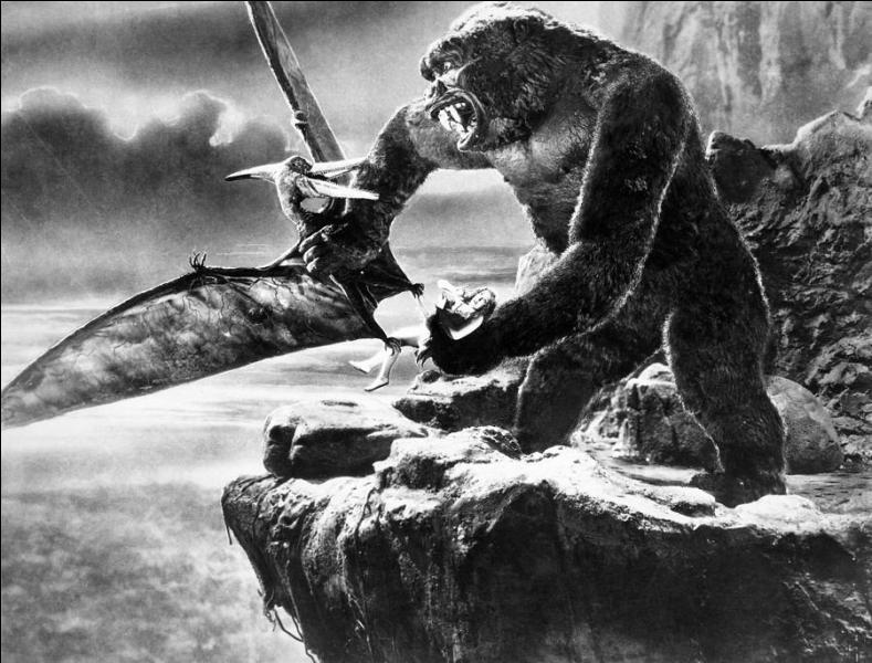Dans quel film, sorti en 1933, une jeune femme se fait-elle kidnapper par un gorille géant sur une île peuplée de dinosaures ?