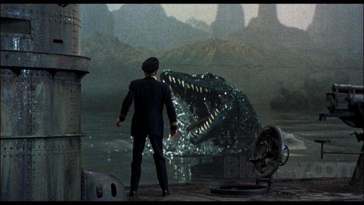 Quel est ce film, sorti en 1975, où un sous-marin allemand de la Première Guerre mondiale accoste sur une île volcanique peuplée de dinosaures et qui se situe non loin de l'Antarctique ?