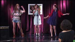 """Que fait Francesca lorsqu'elle s'aperçoit que son amie Violetta perd sa voix alors qu'elles interprètent le titre """"Código amistad"""" en duo sur scène ?"""