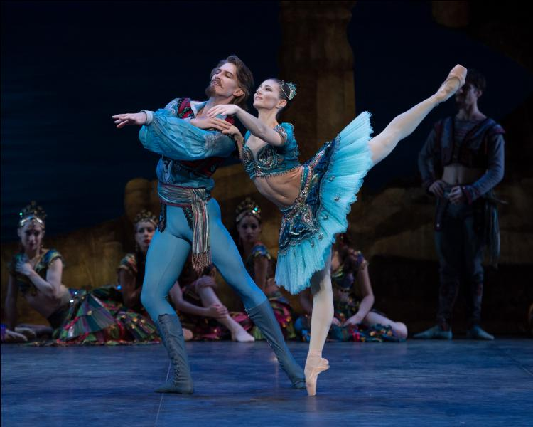 Pourquoi les sentiments de Conrad et de la jeune danseuse sont-ils réciproques?
