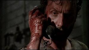 Après la mort de sa femme, Rick part se défouler et tuer des rôdeurs dans les couloirs. Il entend le téléphone sonner. Qui se trouve au bout du fil ?