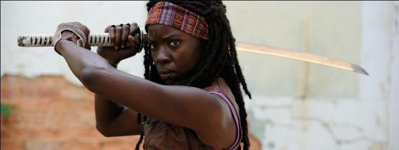 De retour dans la ville du Gouverneur, pour rechercher Glenn et Maggie, Michonne veut en finir avec lui. Que découvre-t-elle chez lui ?