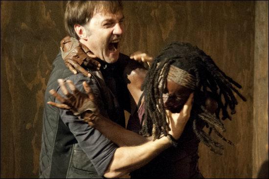 Où Michonne plante-t-elle un bout de verre lors de sa bagarre avec le Gouverneur ?