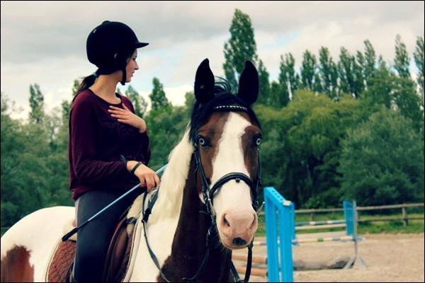 Quel est ce cheval que Sonia monte ?