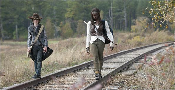 Carl et Michonne ont fait le pari de rester le plus longtemps sur les rails sans poser un pied à terre. Qui gagne la partie ?